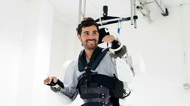 Khung di chuyển gắn trên trần nhà nâng đỡ cơ thể Thibault.