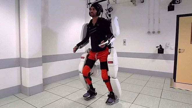 Thibault trong bộ trang phục robot.