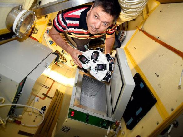 Nhà du hành vũ trụ người Nga Oleg Kononenko cầm một chiếc máy in 3D sinh học trên ISS