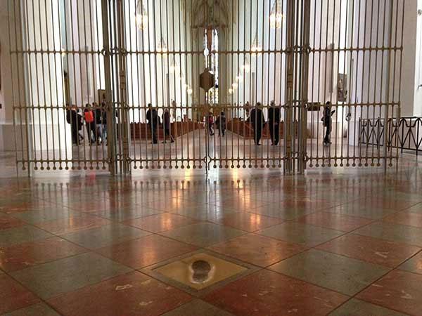 Dấu chân trong nhà thờ