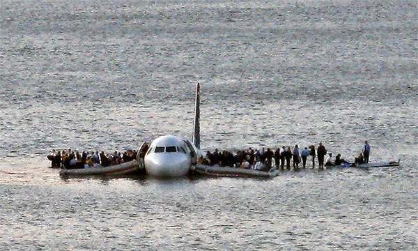 Máy bay 1549 của US Airway đã phải hạ cánh trên sông sau khi va phải một chú chim.