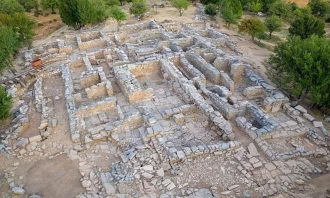 Phần còn lại của lâu đài hai tầng Zominthos trên đảo Crete.