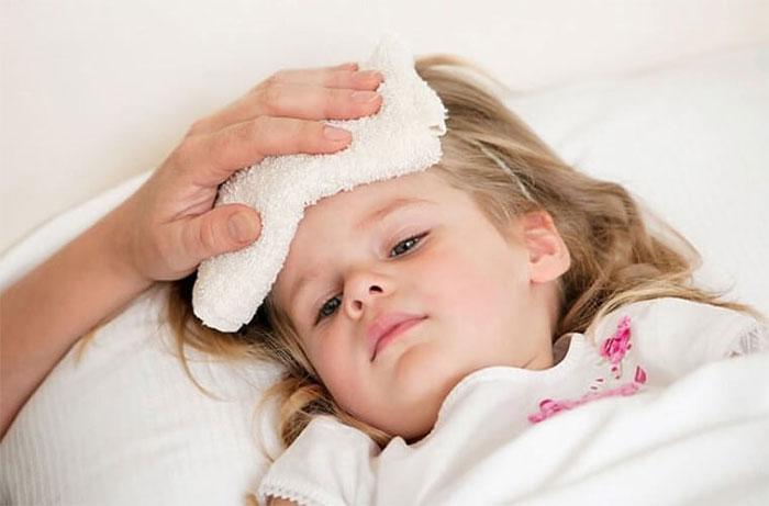 Khi trẻ bị sốt, bố mẹ có thể dùng nước ấm để lau cơ thể.