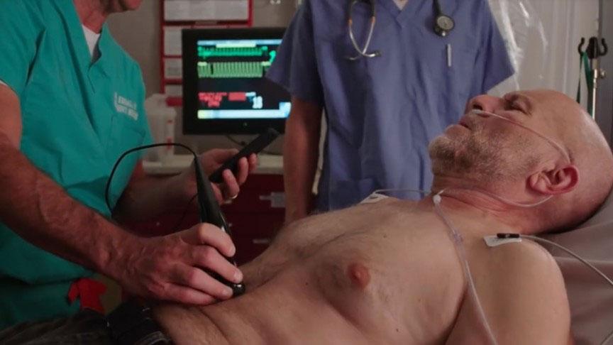 Bác sĩ và bệnh nhân có thể xem kết quả chụp siêu âm trực tiếp.