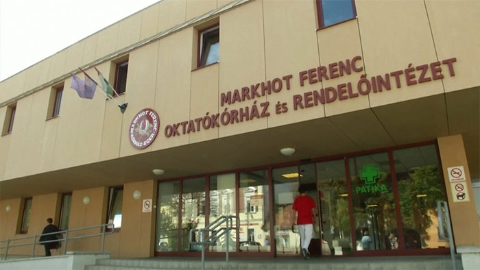 Bệnh viện Ferenc Markhot tiếp nhận điều trị cho khoảng 35.000 bệnh nhân nội trú mỗi năm.