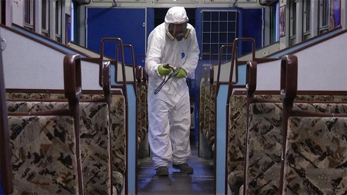 Không chỉ ở bệnh viện, mà phun khử trùng còn trên cả các phương tiện giao thông công cộng.