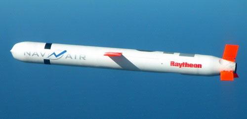 Tên lửa hành trình đối đất BGM-109 Tomahawk là vũ khí phóng và quên điển hình