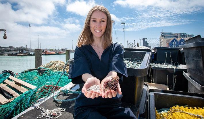 Lucy đã sử dụng tảo đỏ để liên kết các protein chiết xuất từ da và vảy cá