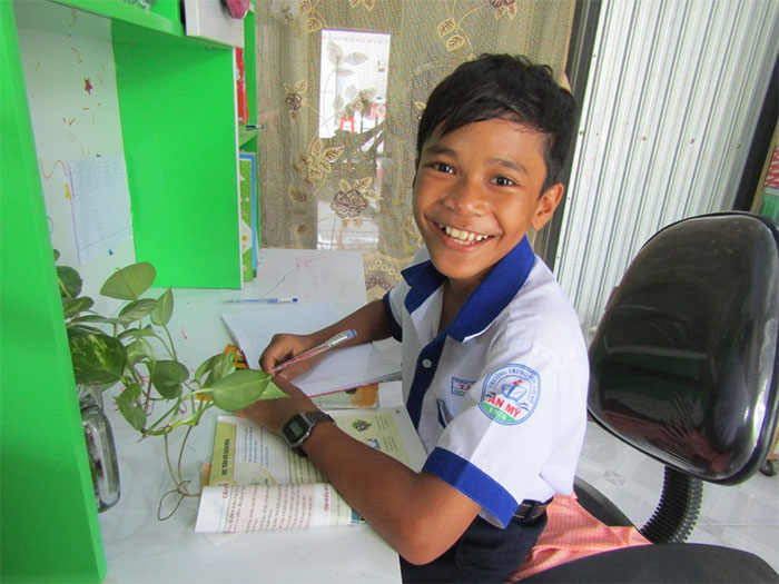 Thạch Huỳnh Vĩnh Nghi trong góc học tập của mình.