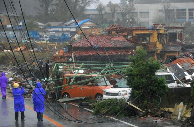 Khoảng 100 người bị thương do bão đã được ghi nhận, trong khi hơn 270.000 hộ gia đình mất điện.