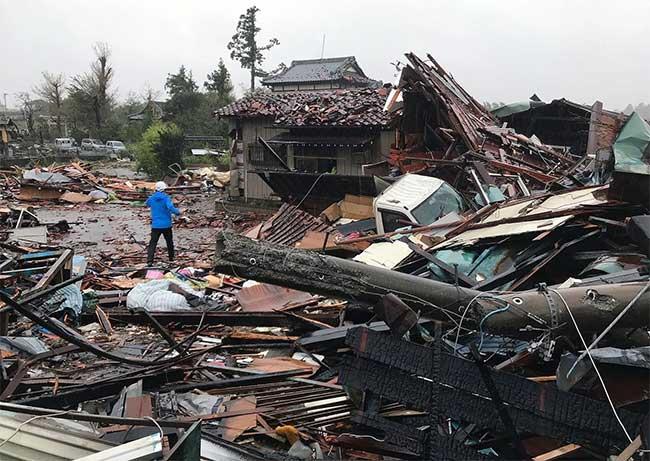 Những ngôi nhà ở Ichihara, quận Chibađã bị siêu bão xé toạc.