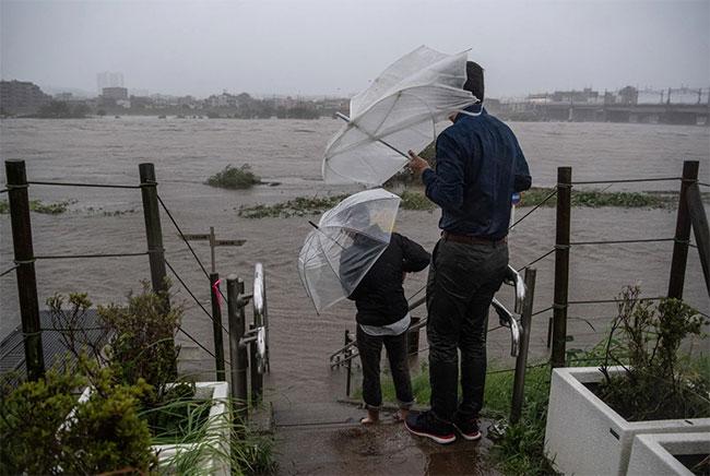 Tính đến sáng 13/10, siêu bão Hagibis đã làm ít nhất 7người thiệt mạng và hàng chụcngười mất tích.