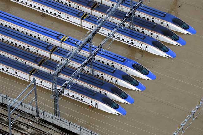 Trong ảnh là những con tàu Shinkansen ngập trong nước tại một bãi đậu ở Nagano