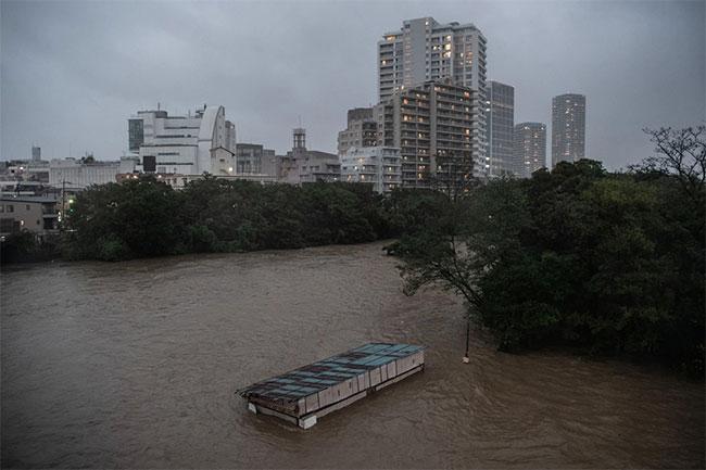 Quán cafe chìm trong dònglũ trong siêu bão Hagibis.
