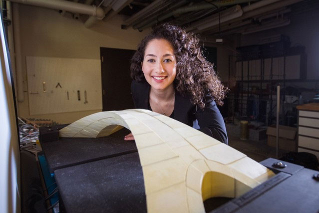 Karly Bast bên mô hình cây cầu của da Vinci.
