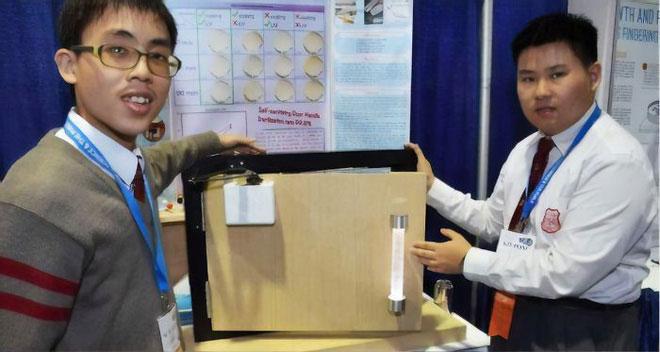 Hai cậu học sinh tuổi teen phát minh tay nắm cửa diệt khuẩn.