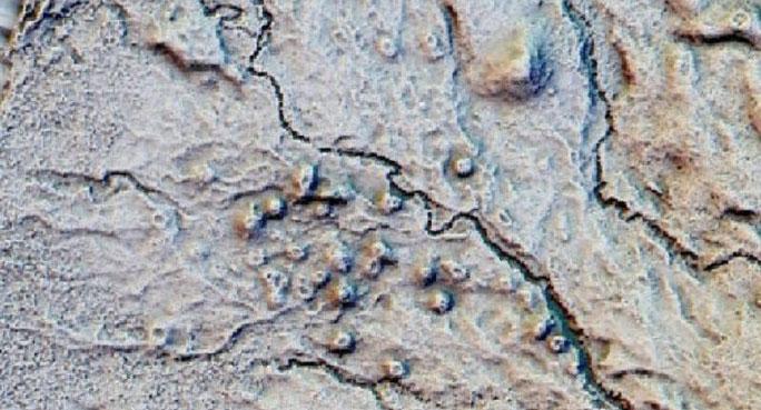"""Những điểm tròn bên suối chính là """"bóng ma"""" của những túp lều tiền sử"""