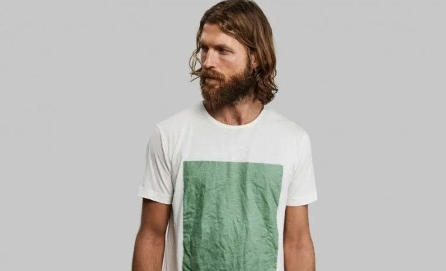 Chiếc áo thun được chế tạo từ gỗ và tảo.