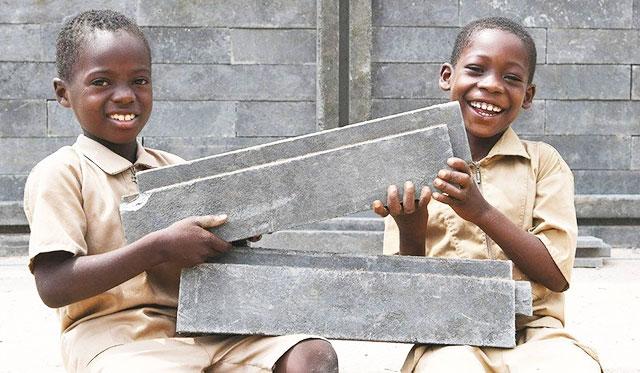 Niềm vui của trẻ em Cốt Đi-voa bên phòng học vừa được xây dựng mới.