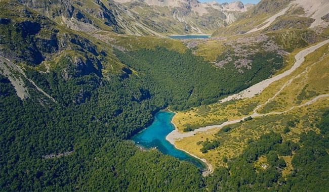 Hồ Blue nhận nước từ hồ Constance gần đó nhờ một hệ thống sông ngầm.