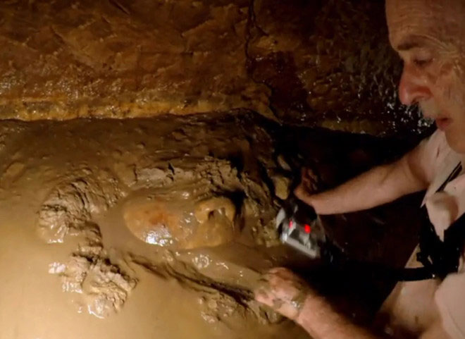 Họ phát hiện đồ gốm khổng lồ ở góc của một trong những căn phòng.
