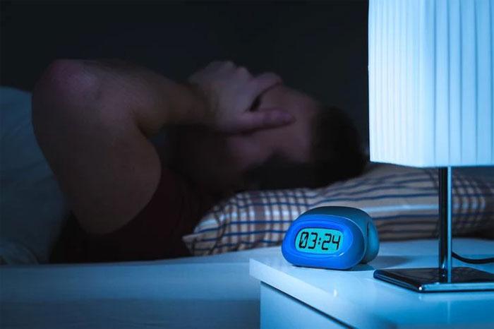 Khi lên giường hãy tập trung vào việc ngủ.