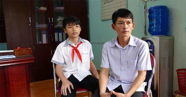 Thầy giáo Nguyễn Đức Quỳnh (phải) chia sẻ về hành trình hỗ trợ học trò chế tạo máy cấy lúa
