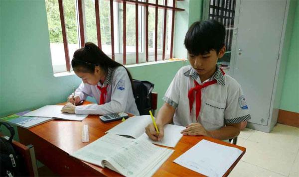 Đức Dương (phải) trong một tiết học tại trường.