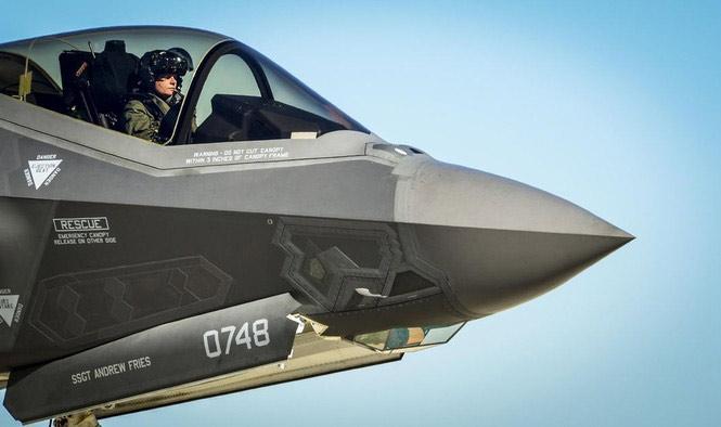 Phi công trên F-35