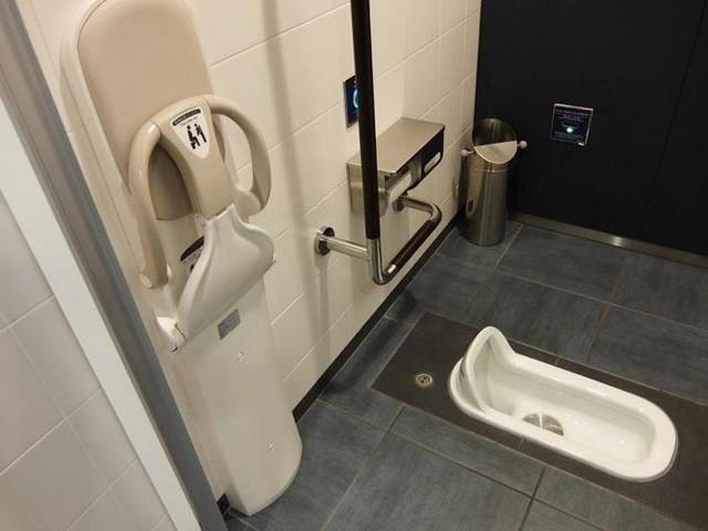 Nhà vệ sinh kiểu ngồi xổm ở Nhật Bản.