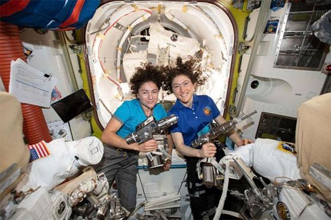 Nữ phi hành gia Jessica Meir và Christina Koch cùng chụp ảnh trên ISS