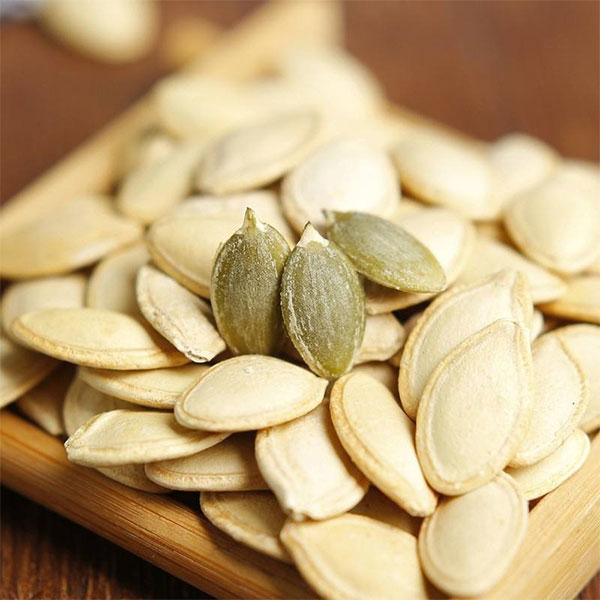 Hạt bí chứa nhiều phốt pho, có thể ngăn chặn các khoáng chất ngưng tụ trong niệu đạo gây ra sỏi.