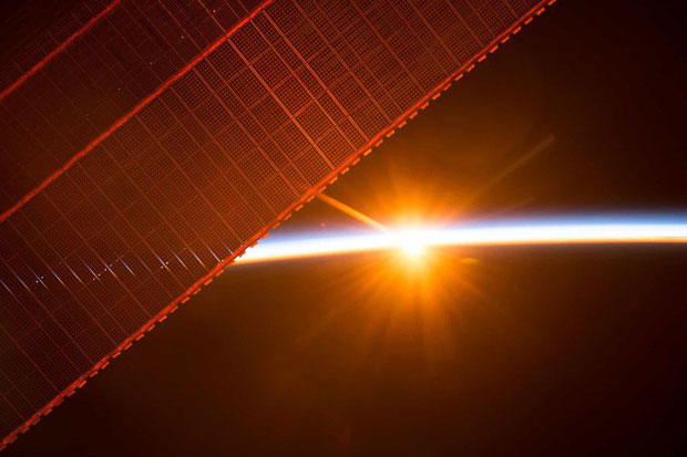 Một trong 16 lần mặt trời mọc mà ISS chứng kiến trong 1 ngày.