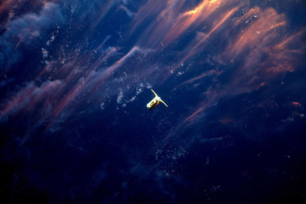 Hình ảnh tàu vũ trụ Cygnus của Orbital ATK được Canadarm2 của Trạm Vũ trụ Quốc tế (ISS) ghi lại