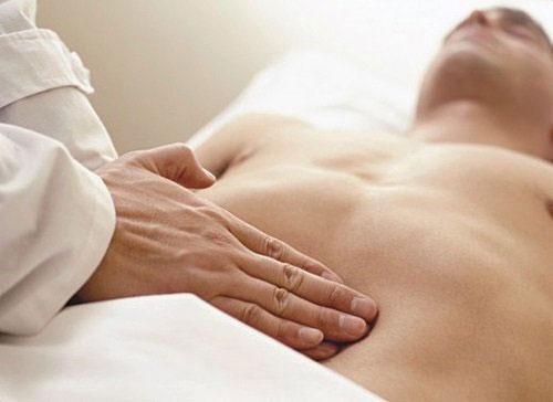 Tắc ruột là nguyên nhân nguy hiểm nhất gây ra tình trạng đau bụng trên.