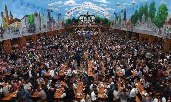 Một trong những túp lều bia nổi tiếng ở Munich chật cứng khách trong mùa lễ hội Oktoberfest năm nay