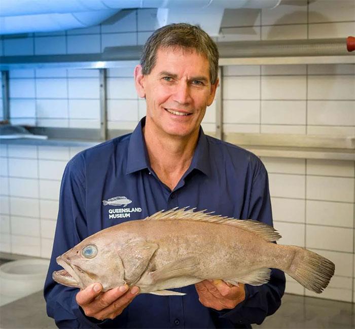 Jeff Johnson và loài cá mới được phát hiện.