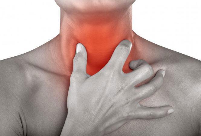 Viêm họng có thể gây đau rát họng khi ăn uống, nuốt nước bọt hoặc khi giao tiếp.