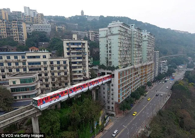Tàu hỏa chạy xuyên qua tòa nhà chung cư 19 tầng.