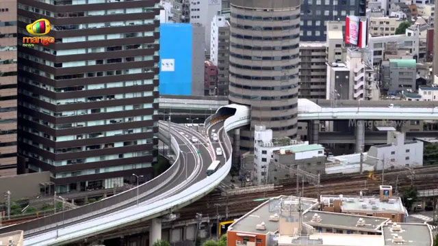 Trong tòa nhà 16 tầng, 3 tầng dành riêng cho tuyến đường cao tốc đi xuyên qua.