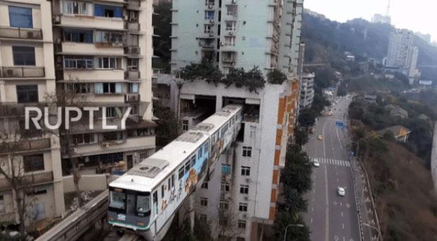Tàu hỏa hàng ngày chạy xuyên qua tòa chung cư và mọi sinh hoạt của người dân vẫn diễn ra bình thường.