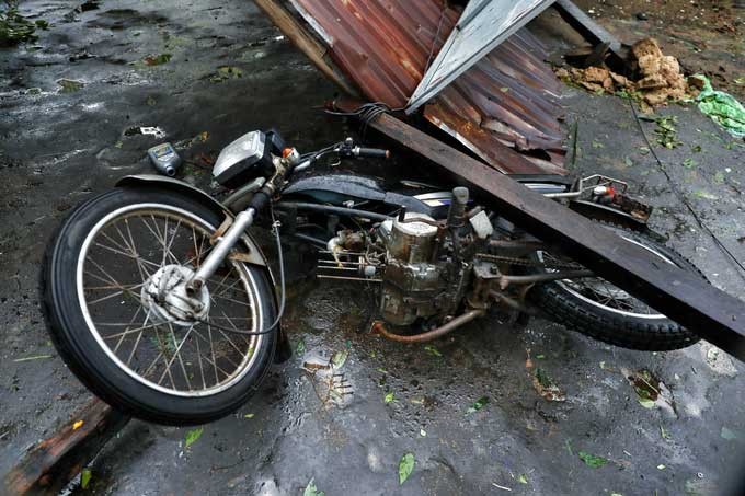 Mái nhà bị gió cuốn, đổ sập xuống tiệm sửa xe máy tại thôn 1, xã Xuân Hải.