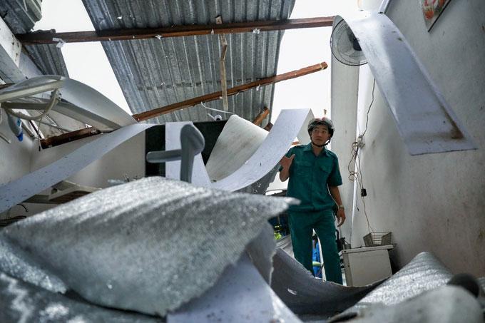 Cán bộ xã Xuân Hải kiểm tra một nhà dân trong thôn bị bão giật sập.