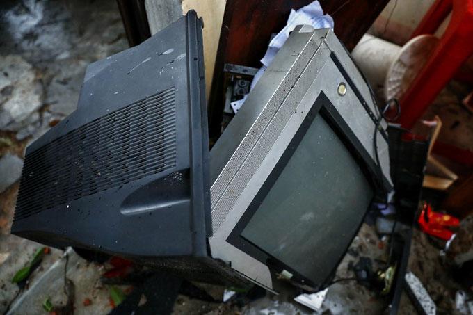 Chiếc tivi của một nhà dân ở thôn 1 bị hư hỏng nặng.