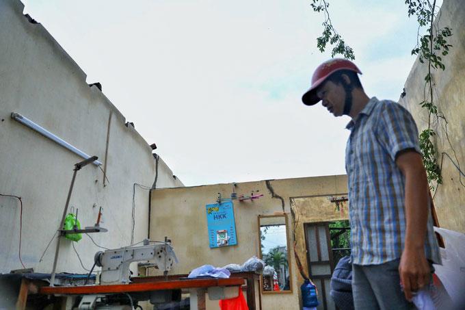 Anh Nguyễn Thiện Nhân (thôn 2, xã Xuân Hải) sững sờ nhìn căn nhà bị tốc mái sau bão.