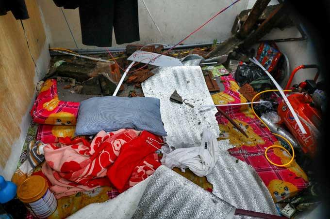 Giường, nệm, chăn mền của gia đình anh Nhân bị ướt, lẫn với đất cát sau bão.