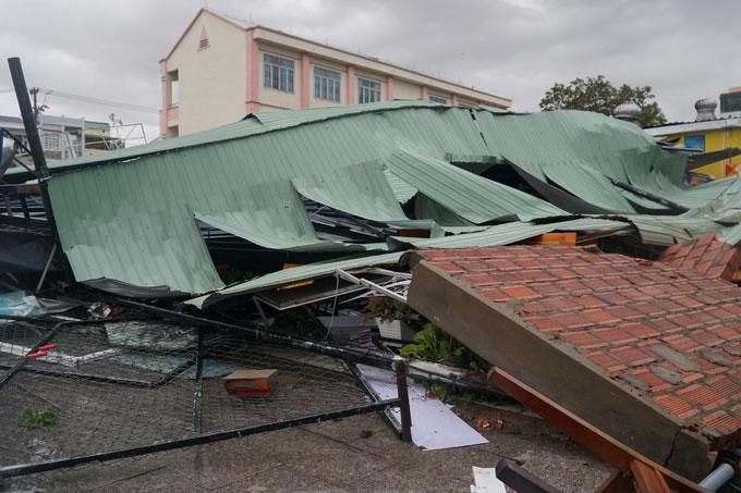 Một nhà hàng trên đường Lý Thái Tổ bị gió giật sập vách tường và mái tôn.