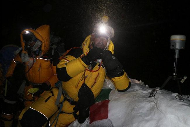 Nhà khảo sát địa chất Nepal Khim Lal Gautam (phải) tại đỉnh núi Everest rạng sáng 22/5.