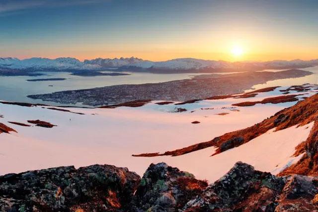 Xung quanh Tromsø bao bọc bởi ngọn núi và vịnh hẹp từ nhiều phía, tạo cảm giác hoang dã và cô lập.
