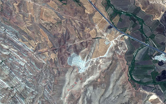 Khu vực có mũi tên đỏ ở góc dưới bức ảnh chính là vị trí của bức tường Gawri Wall.